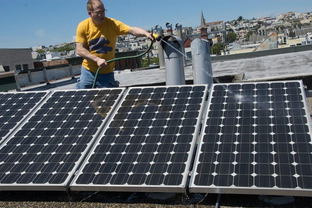 Zanieczyszczone powietrze zmniejsza produkcję energii ze słońca nawet o 35% - wlaczoszczedzanie.pl - Flickr / @ brian kusler / CC BY 2.0
