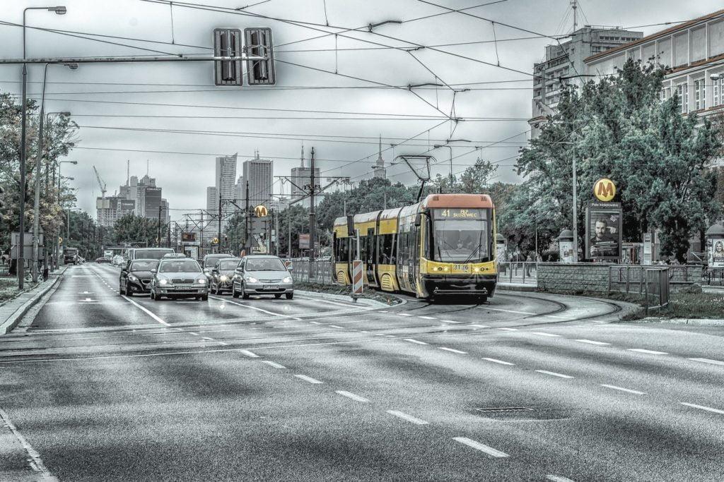 Samochodów mniej na ulicach, a smog dalej w polskich miastach