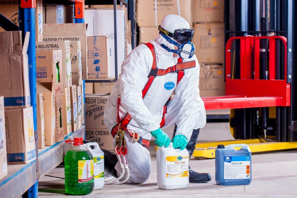 Szkodliwe środki czystości. Lista substancji, które mogą truć Cię podczas sprzątania